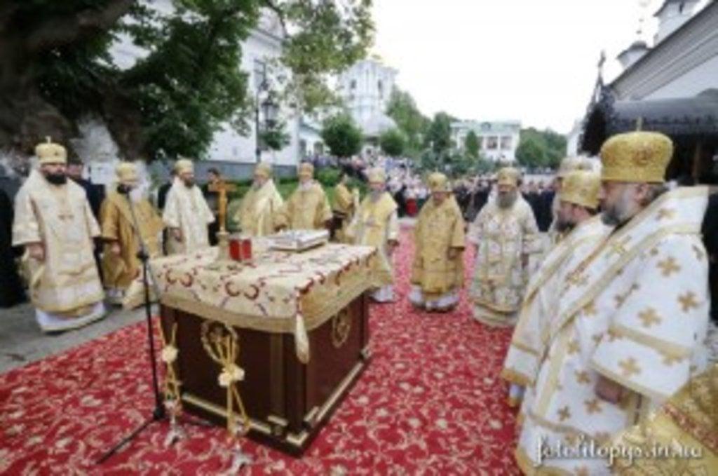 У день початку роботи Собору єпископів звершено Божественну літургію та відслужено панахиду
