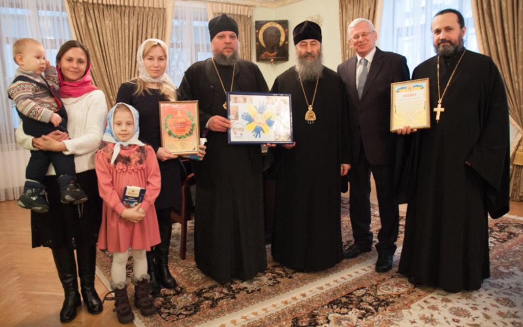 Блаженніший Митрополит Онуфрій передав кошти для будинку дитини на Донбасі