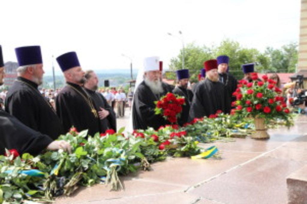 Покладання квітів священнослужителів єпархії на чолі з правлячим архієреєм митрополитом Дніпропетровським і Павлоградським Іринеєм
