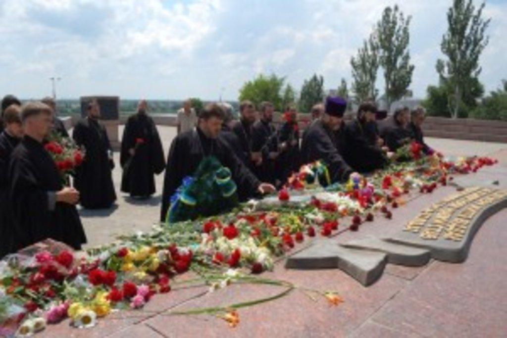 священнослужителі міста Херсона у Парку Слави поклали квіти до пам'ятника Невідомому солдату