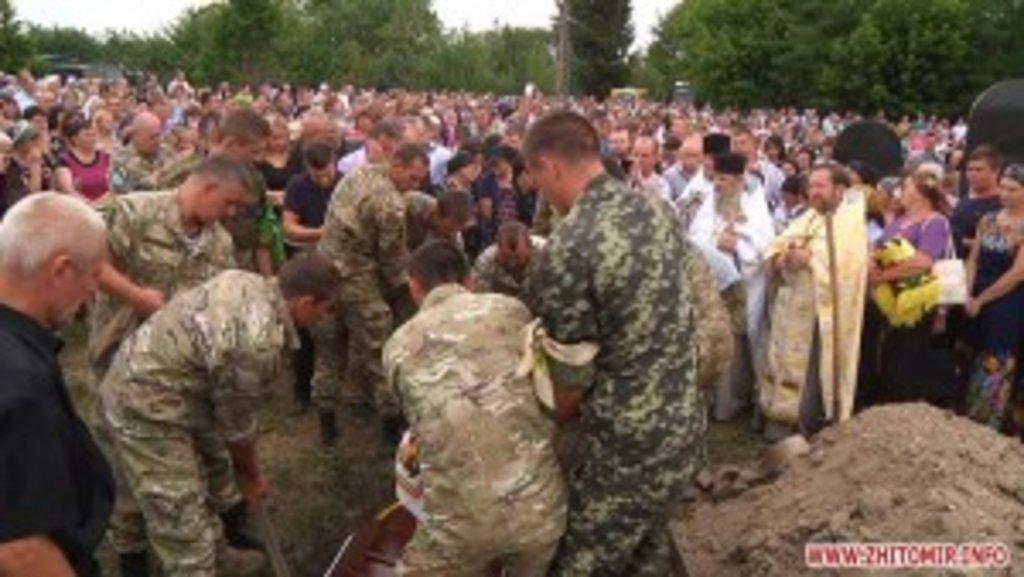 Помолитися за упокій душі загиблого військового прийшло близько тисячі односельчан