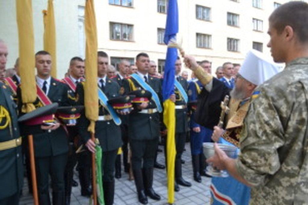 Митрополит Августин звершує освячення знамен Президентського полку
