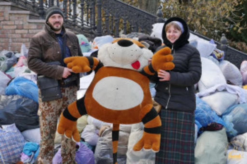 Супроводжували гуманітарний вантаж організатори цієї благодійної місії - Георгій Толчев зі своєю дружиною Людмилою