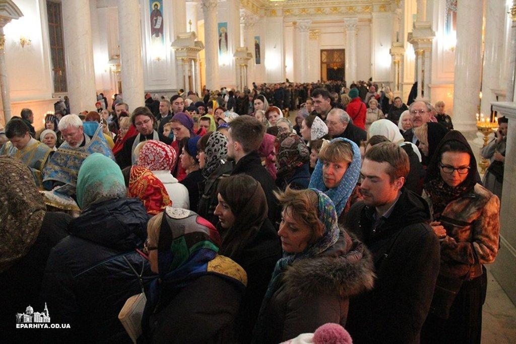 Нічна черга перед Плащаницею в Одеському кафедральному соборі
