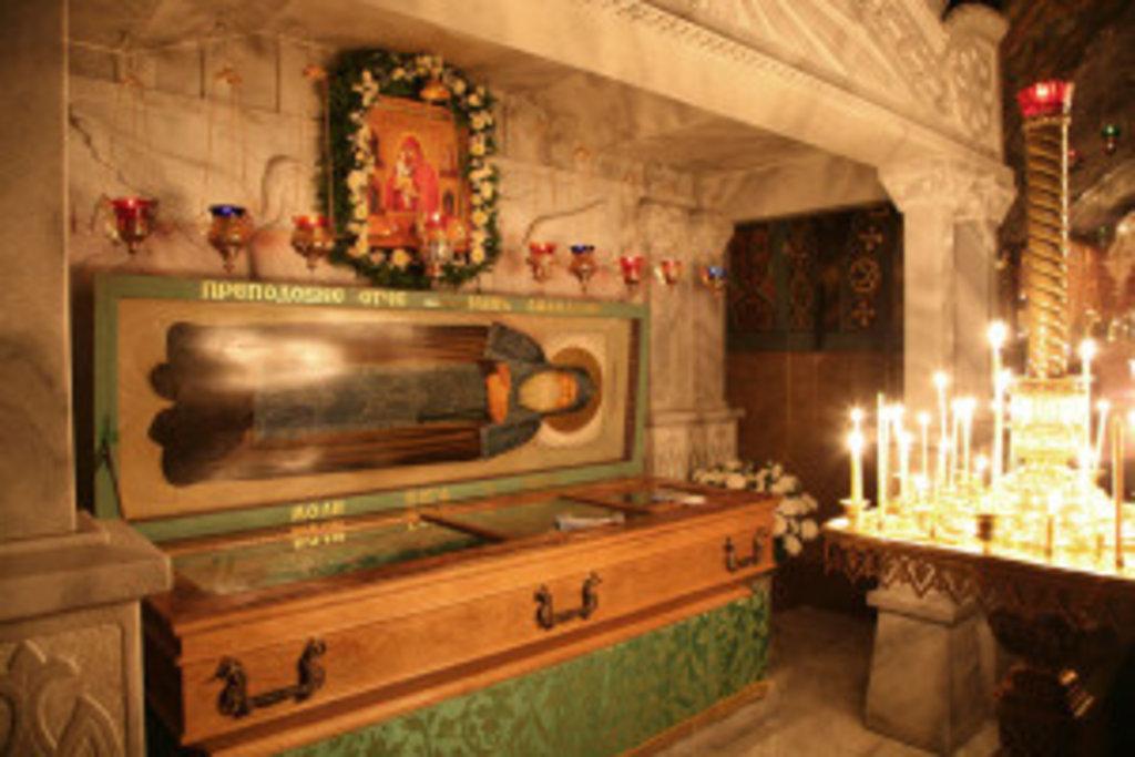 У печері, де подвизався прп. Іов Почаївський, нині почивають його святі мощі та переподобного Амфілохія