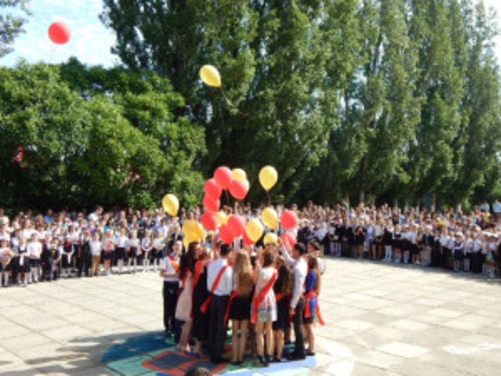 Клірики Джанкойської єпархії, з благословення єпископа Джанкойського і Роздольненського Аліпія, благословили випускників загальноосвітніх шкіл різ населених пунктів регіону