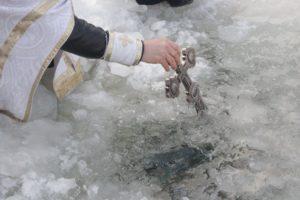 На Виннитчине поселковый глава пытался сорвать Великое освящение воды, выкрикивая оскорбления в адрес священников УПЦ