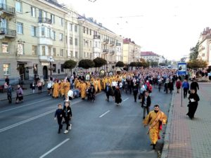 Тисячі вірян Волині молилися про мир та єдність Православ'я під час Хресного ходу вулицями Луцька