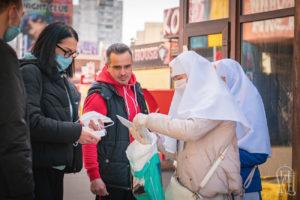 Сестри милосердя на вулицях Києва роздали маски, брошури з молитвами, натільні хрестики