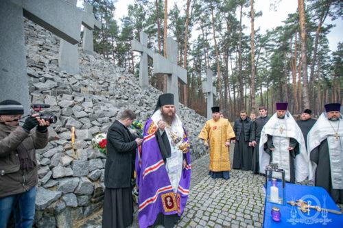 Ієрарх УПЦ звершив заупокійну літію на меморіалі «Биківнянські могили» (відео)