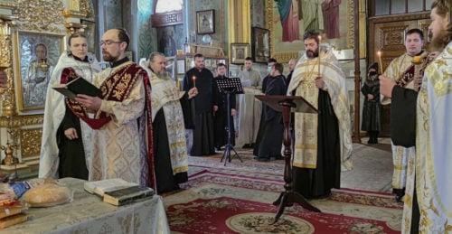 В Изюмской епархии помолились об упокоении погибших в доме престарелых в Харькове