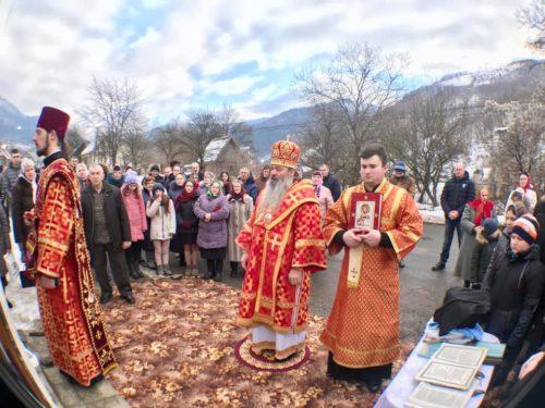 Вигнана зі свого храму парафія с. Ділове на Закарпатті молилася просто неба на чолі з архієреєм (фото, відео)