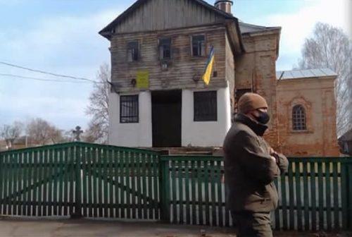 На Чернігівщині праворадикали на чолі з засудженим «кліриком ПЦУ» зрізали замки на храмі УПЦ