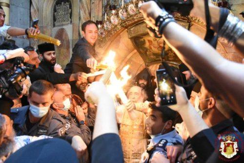 В Єрусалимі зійшов Благодатний вогонь. Делегація УПЦ везе святиню до Києва (відео, фото)