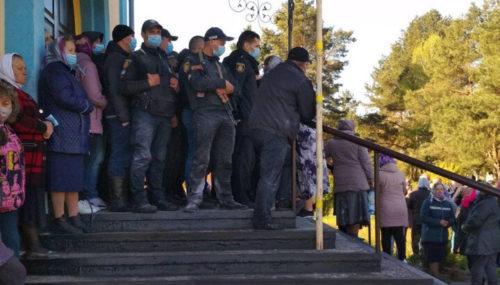 В Заболотье опечатали храм УПЦ, который сторонники «ПЦУ» при поддержке районных депутатов пытались захватить в Сарненской епархии (обновлено)