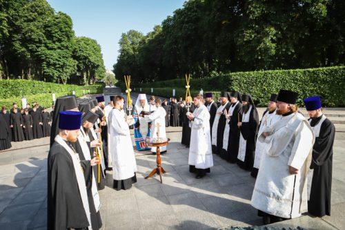У 80-ту річницю початку Великої Вітчизняної війни на могилі Невідомого солдата в Парку Вічної Слави у Києві відслужили літію