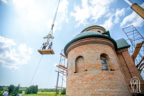 Керуючий справами УПЦ освятив накупольний хрест храму відроджуваного Межигірського монастиря