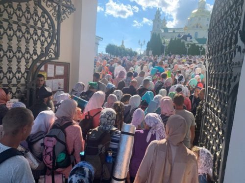 Тисячі паломників Хресними ходами прибули в Почаївську Лавру для вшанування головної святині обителі (+відео)