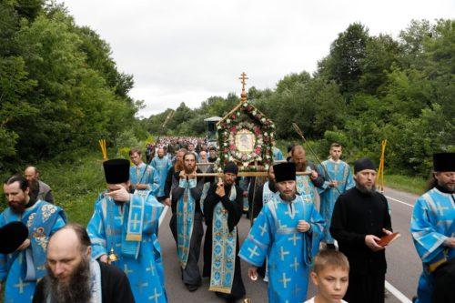 Тисячі віруючих пройшли хресним ходом шляхом перенесення Почаївської ікони Божої Матері