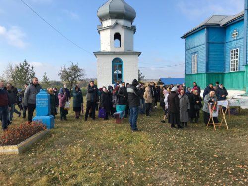 У Новоживотові на Вінниччині після провокації віряни УПЦ відзначають престольне свято біля храму просто неба (відео)